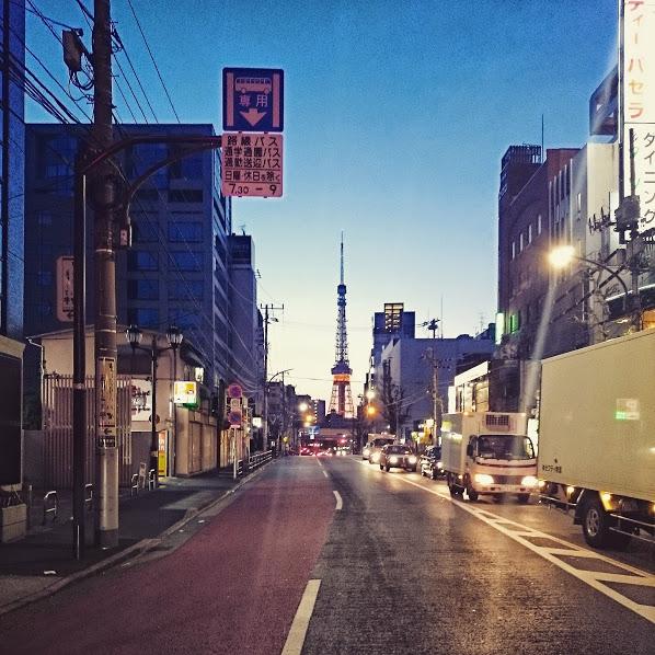 朝焼けの六本木と東京タワー