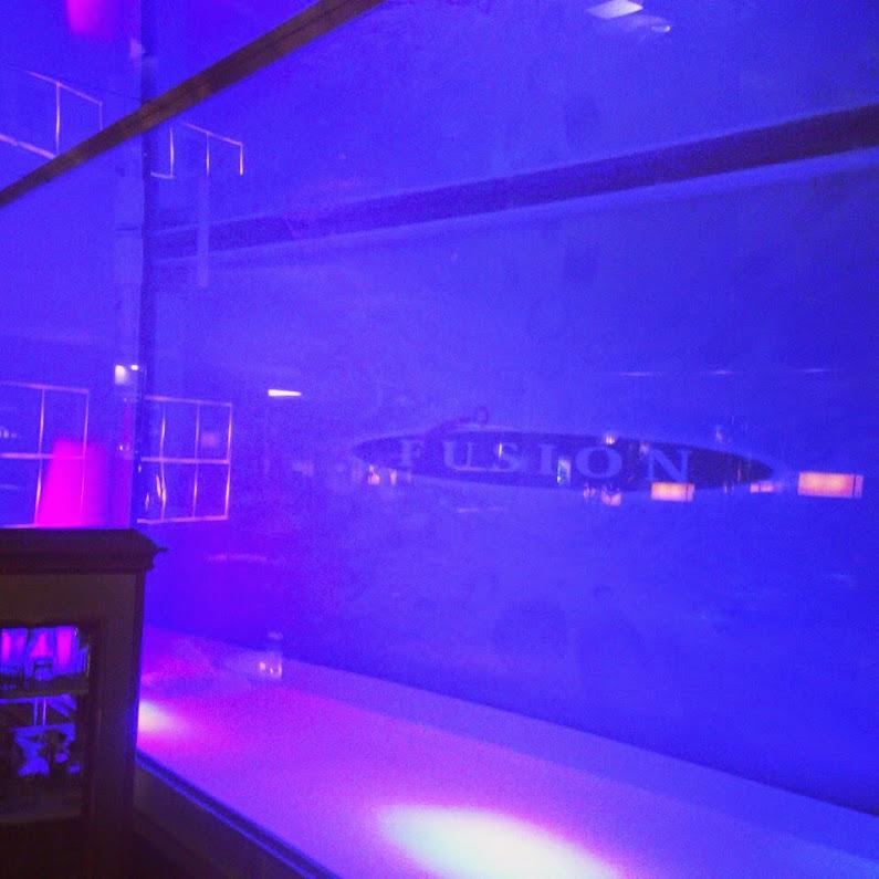 クラブFUSION、人魚が泳ぐ巨大な水槽